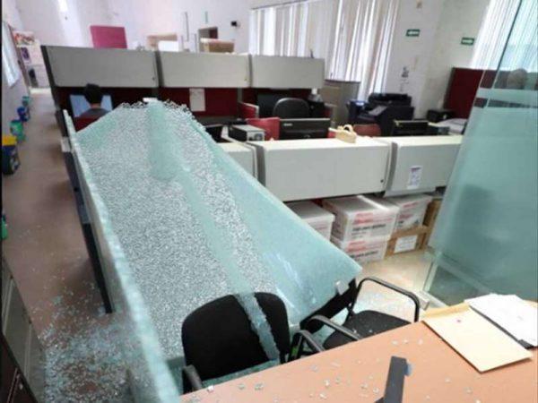 Detienen a 18 embozados por vandalizar dirección del IPN