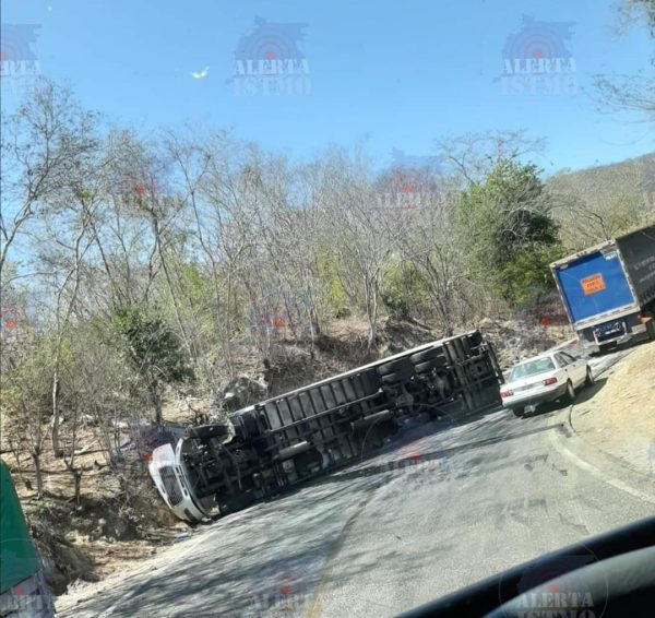 Vuelca camión en carretera Salina Cruz-Huatulco