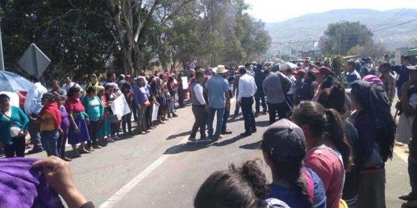 Con manifestaciones, reclamos y bloqueos, reciben a AMLO en Oaxaca