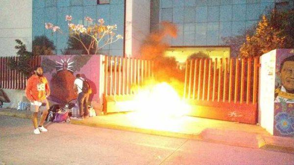 Normalistas queman llantas para exigir plazas, mantienen bloqueo en edificio de la 22