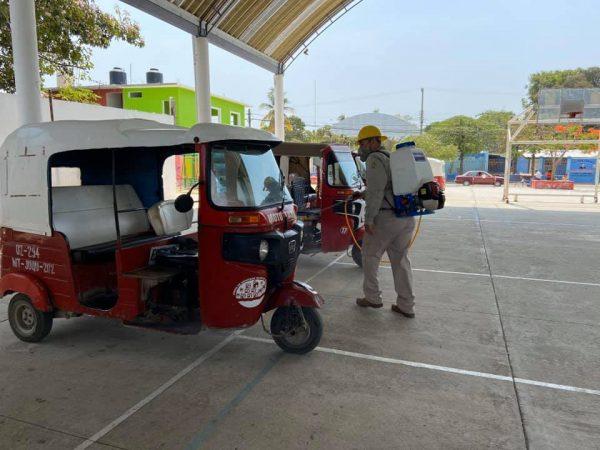 Sanitizan transporte y espacios públicos en San Pedro Mixtepec