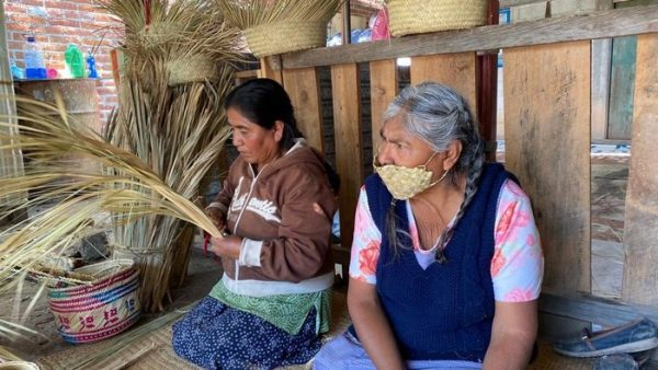 Artesanos de la Mixteca, elaboran cubrebocas con palma