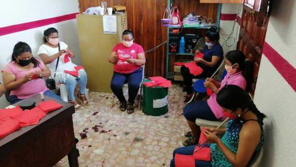 Confeccionan cubrebocas con material quirúrgico para garantizar salud de los vallenses