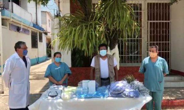 Entrega Fredie Delfin insumos al hospital Comunitario de Valle Nacional