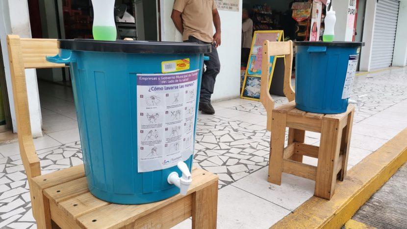 Colocan contenedores de agua en centro de Tuxtepec, piden a la población lavarse las manos