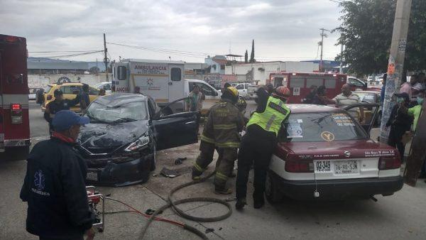 Aparatoso accidente en el crucero del Aeropuerto de Oaxaca deja dos lesionados