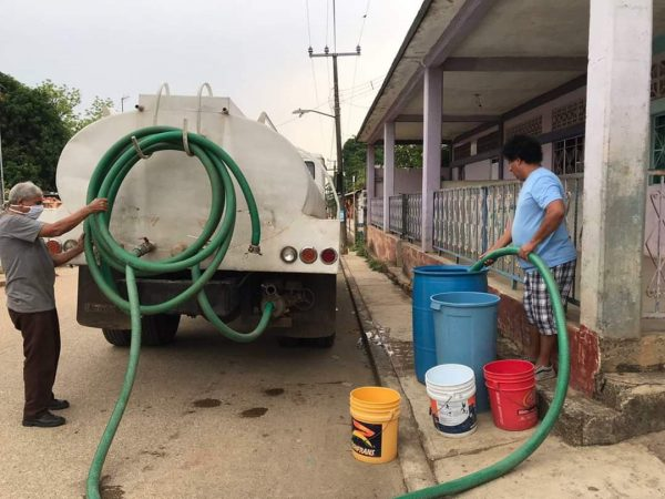 Abastece Irineo Molina de agua potable a Arroyo Choapam