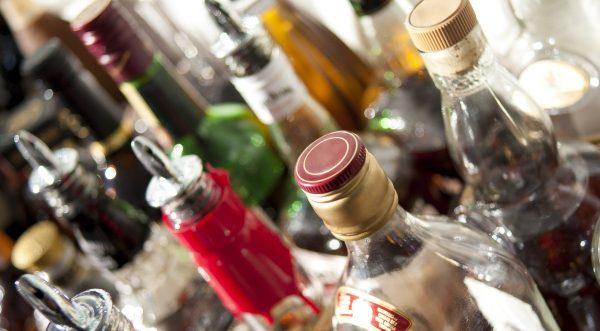 Golpean a Jalisco Covid-19 y alcohol adulterado, registran 106 intoxicados
