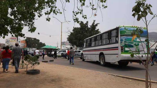Locatarios de la Central bloquean periférico en Oaxaca; tras visita fugaz del Gobernador