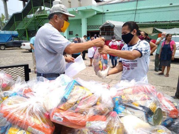 Locatarios del mercado Flores Magón en Tuxtepec, reciben apoyo alimentario