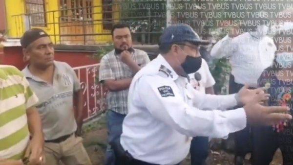 Mototaxistas de Valle Nacional encaran a delegado de la policía vial, denuncian intimidación