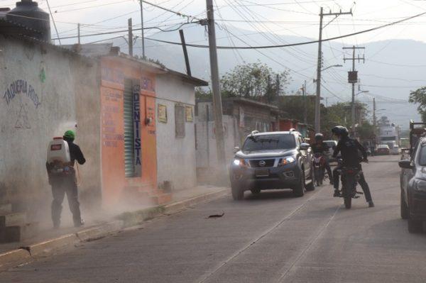 Sanitizan colonias y puntos claves del municipio de San Jacinto Amilpas