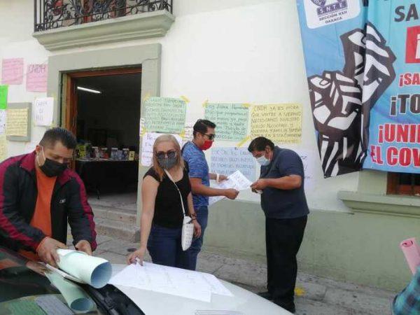 Profesores de la S.22 exigen pago de incidencias 2015, se manifiestan en su oficina sindical en Oaxaca