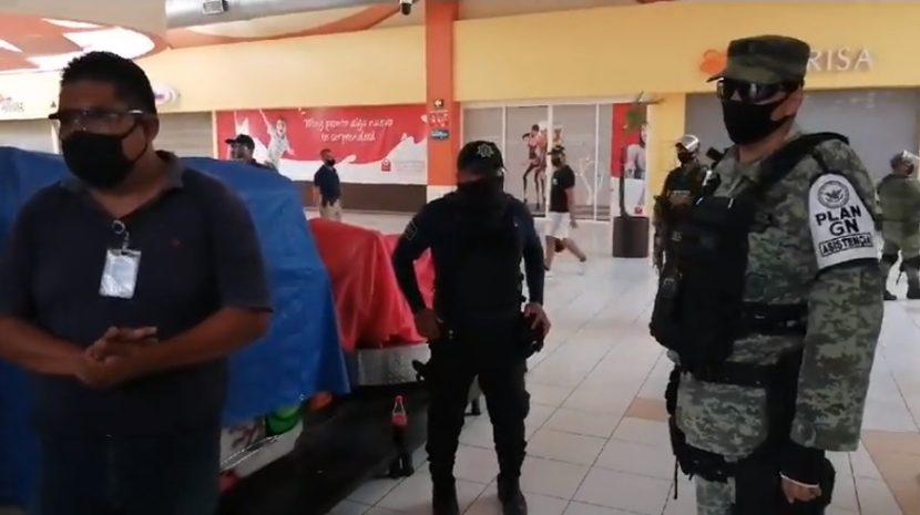 Por casos de covid, siguen operativos en bancos y centros comerciales