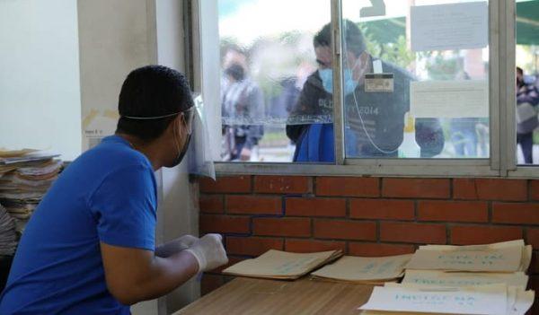 Con riguroso protocolo sanitario realiza IEEPO entrega de cheques de la quincena 11