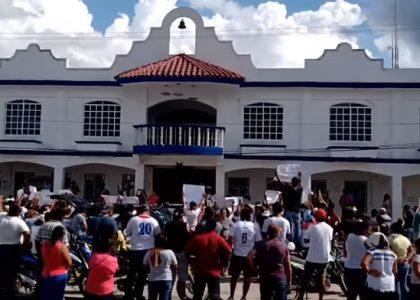 Familiares de Alexander protestan en palacio municipal, exigen renuncia de alcalde