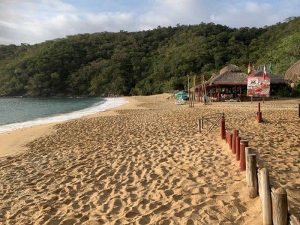 Rompen cuarentena en Huatulco; abren playas y negocios