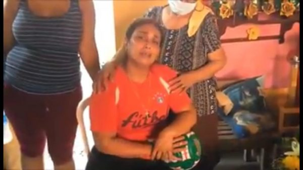 """Policías Municipales """"sembraron"""" una pistola en el joven asesinado de Acatlán, acusa su madre"""
