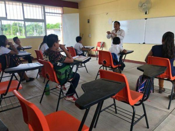 Maestro imparte clases presenciales en Juchitán, pese a cuarentena