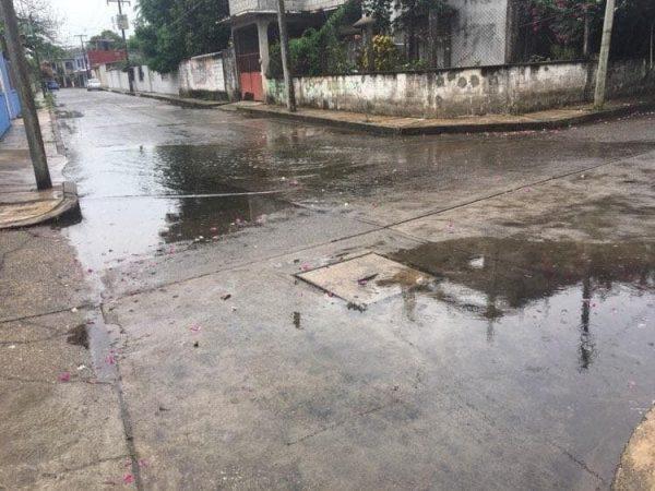 Insisten vecinos de callejón de Los Santos, en rehabilitación de drenaje