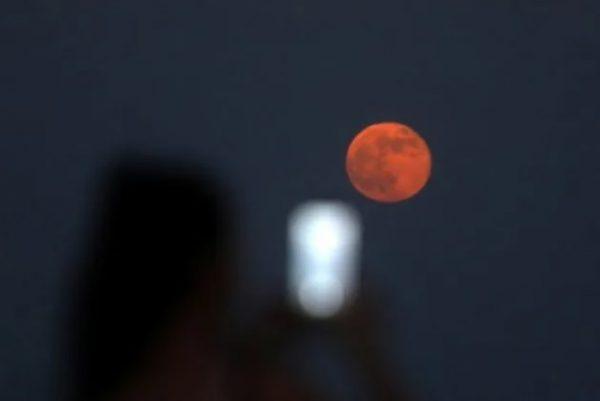 """Esta semana dará lugar un eclipse penumbral, por lo que podremos ver la """"luna de fresa"""""""