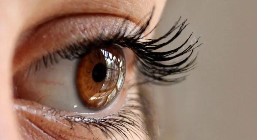 ¿Por qué me tiembla el ojo involuntariamente y qué puedo hacer?