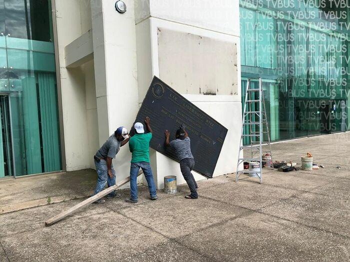 Retiran placa de exgobernador Ulises Ruíz y Bulmaro Rito, del recinto legislativo de Oaxaca