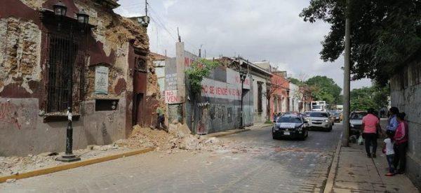Un muerto, un herido, daños en hospital y casas, deja sismo de 7.5 en Huatulco