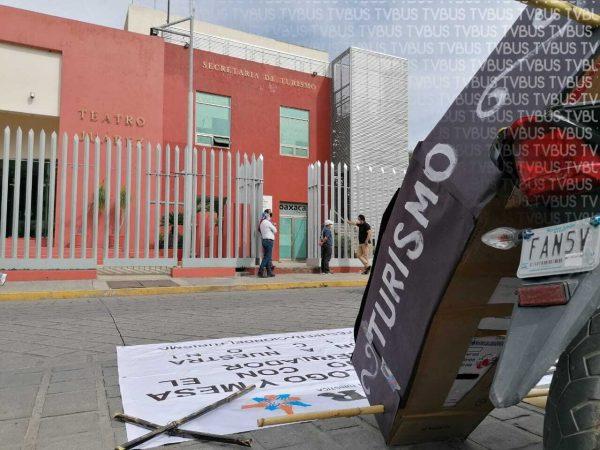 Prestadores de servicios turísticos se manifiestan en Secretaría de Turismo en Oaxaca
