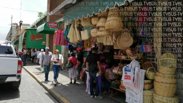 Pese a que Oaxaca sigue en semáforo rojo, calles de la capital lucieron llenas de gente