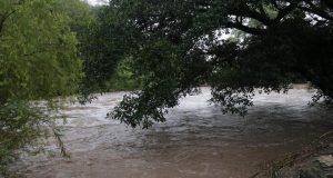 Tras fuertes lluvias, se desborda río en Sola de Vega