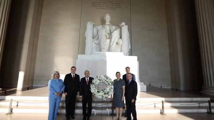 AMLO deposita ofrendas en estatuas de Abraham Lincoln y Benito Juárez