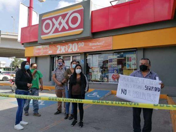 Habitantes de Oaxaca denuncian instalación de puestos ambulantes en estacionamiento de Oxxo