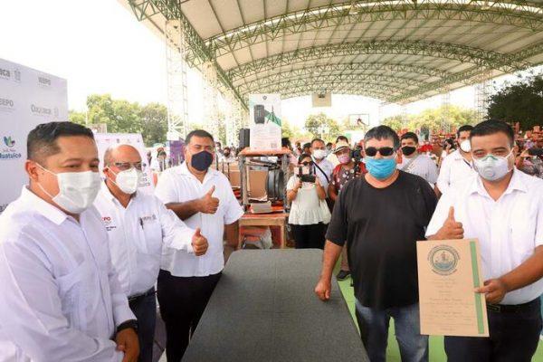 Entrega IEEPO  mobiliario, equipo y constancias de posesión en beneficio de 53 escuelas de Huatulco