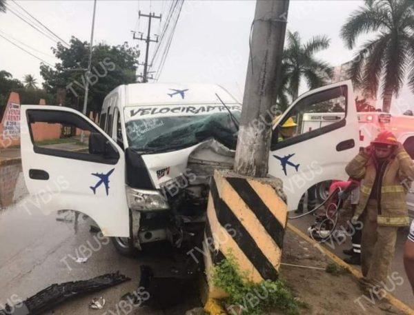 Urvan de pasajeros choca y deja chofer prensado y 2 lesionados en Pinotepa