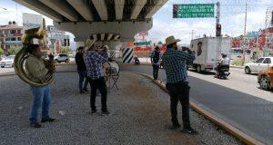 Músicos tocan en las calles para obtener ingresos; señalan que no tienen trabajo