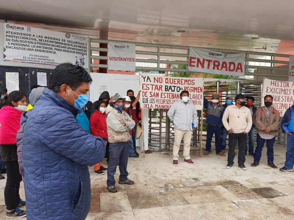 Autoridades auxiliares de San Esteban Atatlahuaca se manifiestan en Oaxaca, exigen que se les reconozca