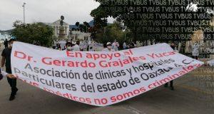 Médicos oaxaqueños marchan en apoyo a doctor detenido en Chiapas acusado de negligencia en caso covid de un político