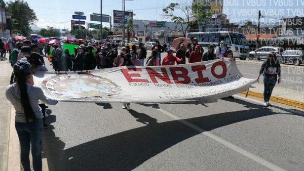 Marchan normalistas en repudio a examen de admisión a distancia