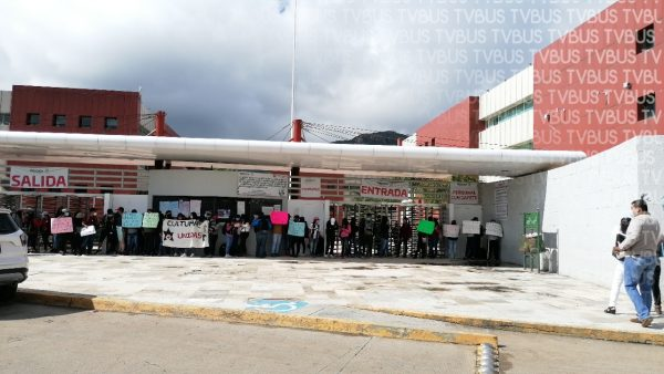 Normalistas continúan con protestas, ahora bloquearon ciudad administrativa