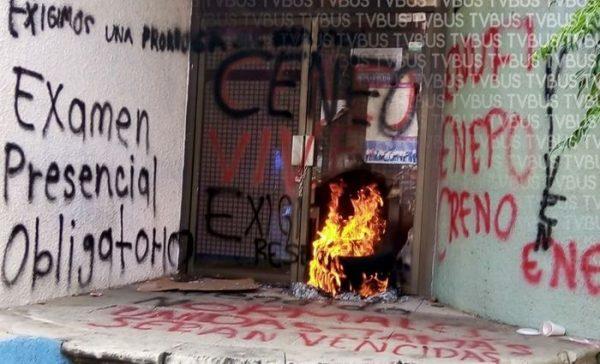 Normalistas vandalizan oficinas de la SEP en Oaxaca