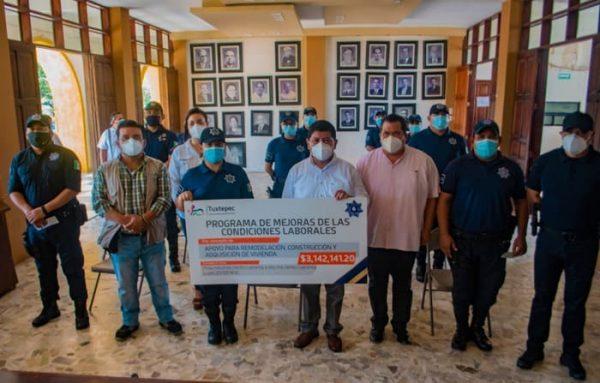 Noé Ramírez entrega apoyos para vivienda a policías municipales de Tuxtepec
