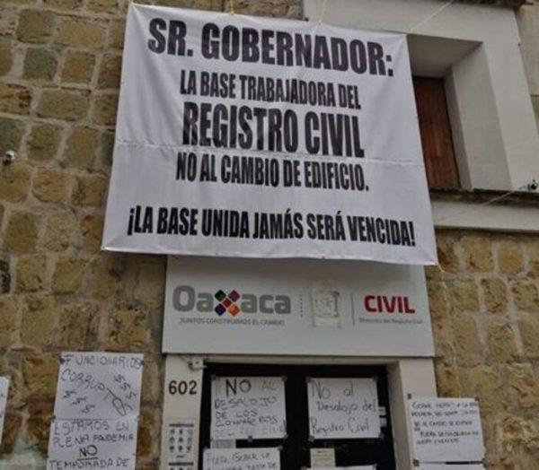 Trabajadores del Registro Civil se manifiestan en Oaxaca, piden no ser reubicados
