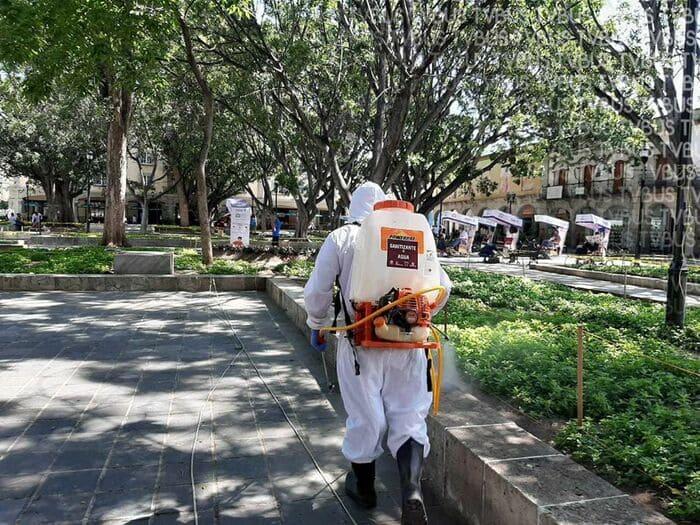 Por incremento en afluencia de personas, sanitizan zócalo de Oaxaca