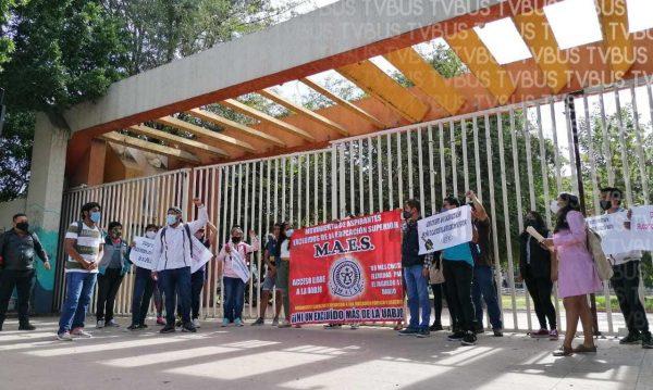 Aspirantes rechazados piden a UABJO que abra más espacios para estudiantes