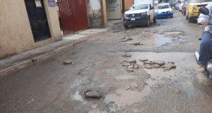 Lluvias provocan baches en calles de Oaxaca, población exige atención de autoridades