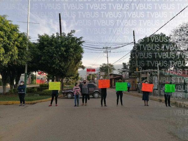 Colonos de Xoxocotlán exigen que las autoridades terminen obras de agua y drenaje