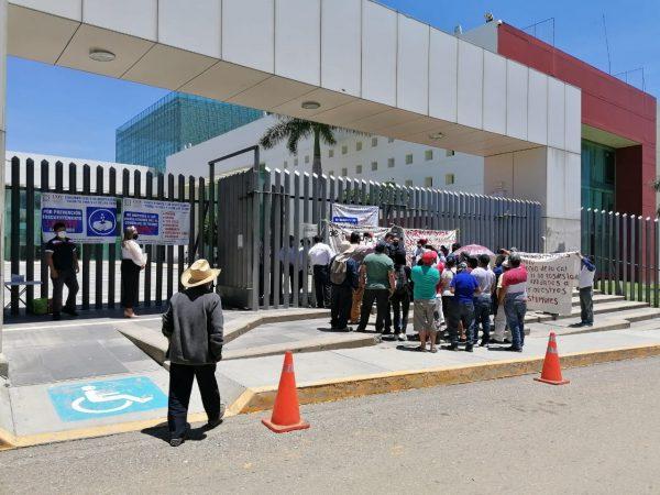 Continúan habitantes de San Antonio de la Cal con protestas, ahora fueron al congreso de Oaxaca