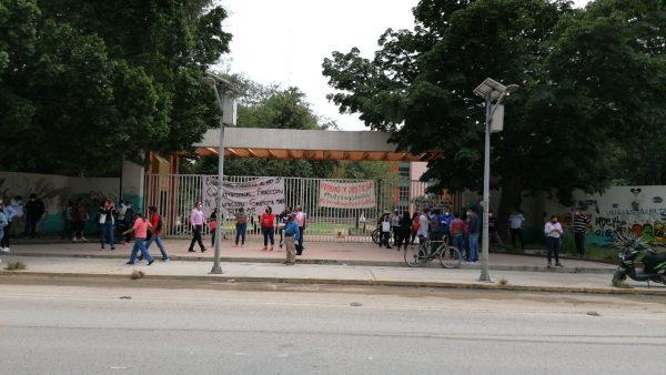 Integrantes de STEUABJO realizan bloqueos ante el incumplimiento de salarios