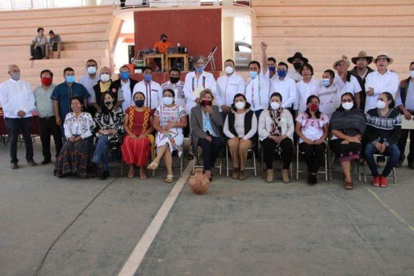 Nace en Oaxaca una casa de estudio indígena, toman  protesta rector y autoridades académicas de la  Universidad Autónoma Comunal